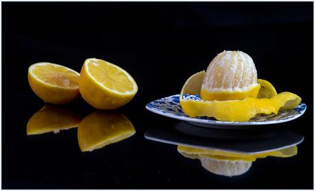 stilleven met twee citroenen