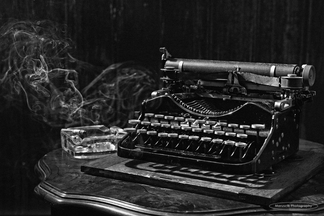 Writers block - Oude Erica typemachine uit 1905 - foto door MichaelJohn op 21-01-2016 - deze foto bevat: oud, donker, beeld, schaduw, details, typewriter, typemachine, maruscik
