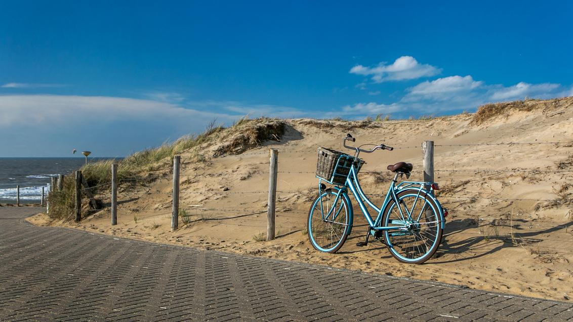 Blue bike at the beach - Vandaag een dagje in Katwijk geweest om lekker uit te waaien, op een redelijke zonnige paasdag; op weg naar huis dit tafereel gespot en geen twee kee - foto door FredderF op 27-03-2016 - deze foto bevat: strand, fiets, duinen