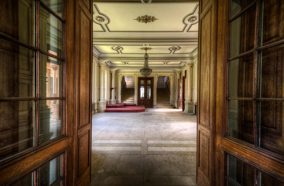 Royal Hall - De grote hal van Chateau H. je voelt je een koning als je hier binnenloopt. - foto door nfeijen op 28-06-2011 - deze foto bevat: kasteel, kerk, urban, belgie, kapel, verlaten, hdr, kroonluchter, urbex, chateau, tonemapping, photomatix, balzaal, trip, loctie, trey ratcliff