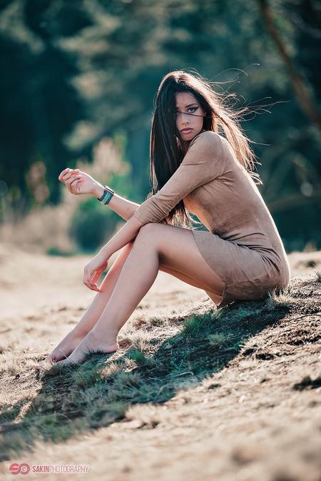 Tiara - Photoshoot met Tiara bij Kalmthoutse Heide. - foto door sakin op 05-07-2018 - deze foto bevat: vrouw, kleur, natuur, licht, portret, model, bos, flits, stoer, haar, fashion, meisje, lief, lippen, beauty, sfeer, pose, kapsel, belichting, expressie, jurk, mode, magazine, fotoshoot, retro, kleding, romantisch, locatie, bokeh, styling, editorial, fashionfotografie