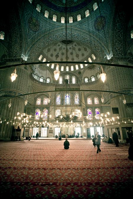 Hij is groot - Onlangs was ik met ZOOM in Istanbul en heb ik, samen met twee andere zoomers, de kans gekregen om daar drie dagen te fotograferen. Een heerlijk uitst - foto door mycreativity op 24-04-2012 - deze foto bevat: kleur, licht, moskee, nikon, compositie, turkije, contrast, bidden, danielle, istanbul, islam, scherpte, onscherpte, nikkor, d700, van eerden, gewoondanielle.nl, 85mm f1.8, moskeeganger, info@gwoondanielle.nl