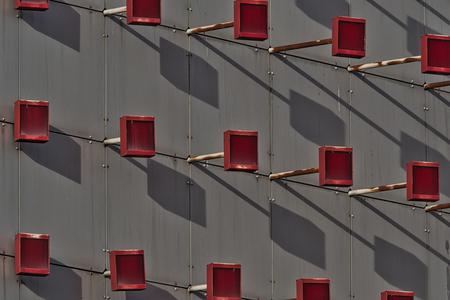 Mededeling - Dit kunstwerk is een elektronisch scherm van kunstenaar  Jeffrey Shaw en is te vinden aan de zijkant van het stadstheater in Zoetermeer. Op dit scher - foto door PaulvanVliet op 24-02-2021 - deze foto bevat: rood, abstract, licht, lijnen, architectuur, schaduw, gebouw, kunst, stad, theater, perspectief, zoetermeer, stadshart, stadstheater, mededelingenbord, jeffrey shaw