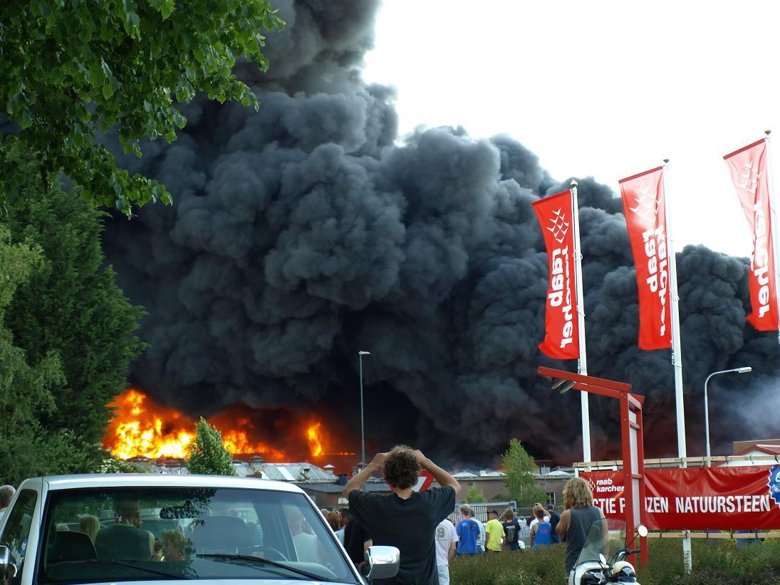 Waar rook is... - Waar rook is, is ook vuur. Het oude Union fietsen gebouw.Nog een van deze grote brand. - foto door Duckie_zoom op 01-06-2009 - deze foto bevat: vuur, brand, rook, union, nieuwleusen