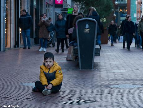 Jongetje op straat.