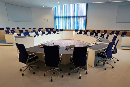 Stadhuis Almelo - Vervolg op het Stadhuis in Almelo. Nu de magnifieke raadszaal. Onbeschrijflijk mooi en modern. Hier komen nog enkele opnamen van op Zoom. Wat deze b - foto door Henkje op 01-03-2021