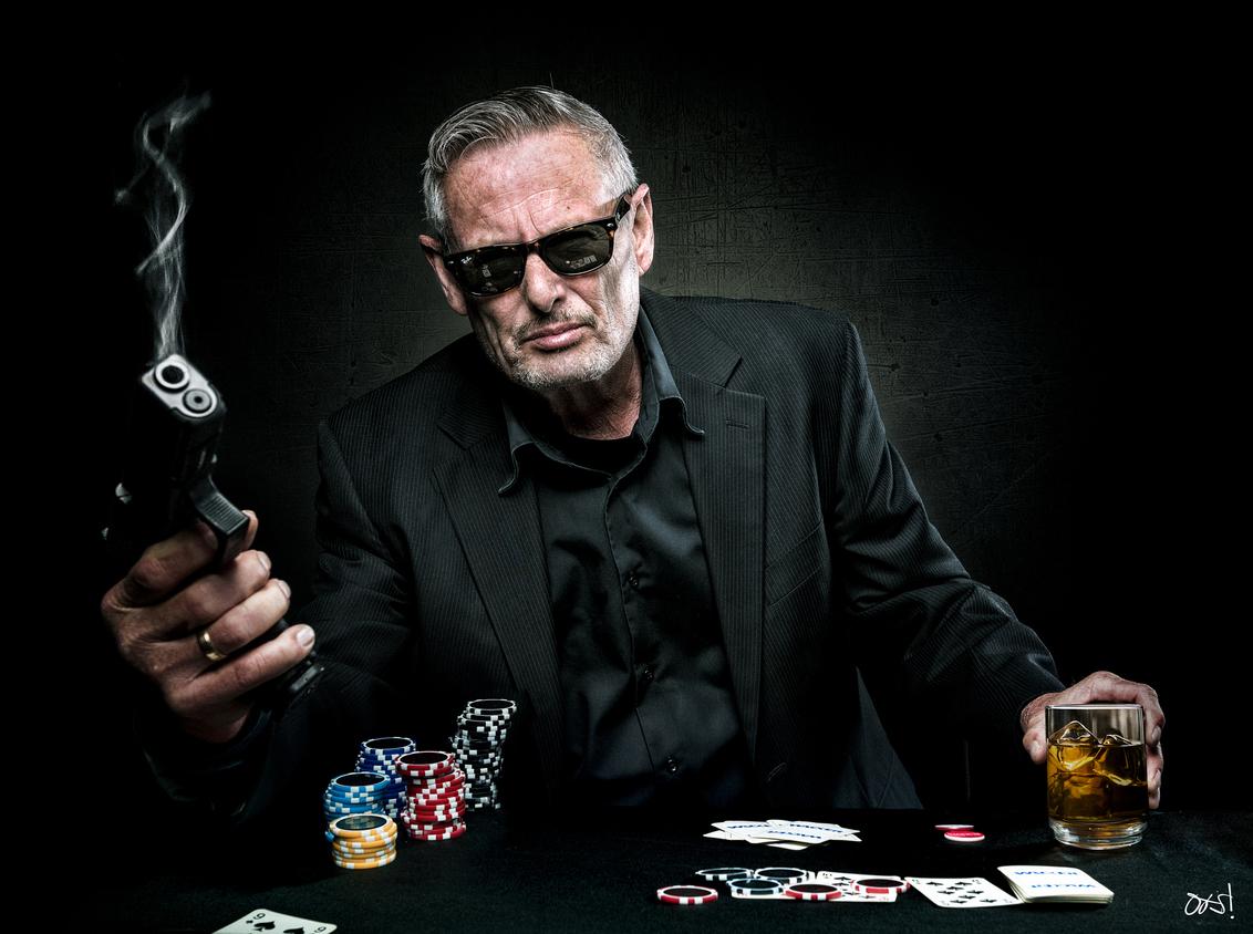 Pokerface! - Don't cheat with me! :)  Model Harm vriend van me Thx! - foto door photooos op 07-03-2018 - deze foto bevat: black, fantasie, bewerking, contrast, photoshop, pistool, creatief, kaarten, pokerface, bewerkingsopdracht, oos, compositing