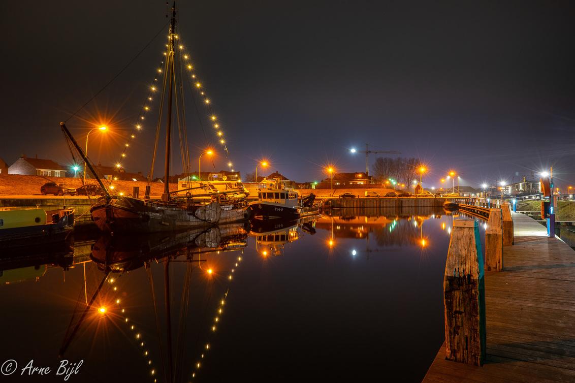 Haventje Tholen - het haventje Tholen laat op een doordeweekse avond - foto door arnebijl op 24-01-2020 - deze foto bevat: water, boot, avond, spiegeling, haven, nacht, tholen, avondfotografie, lange sluitertijd