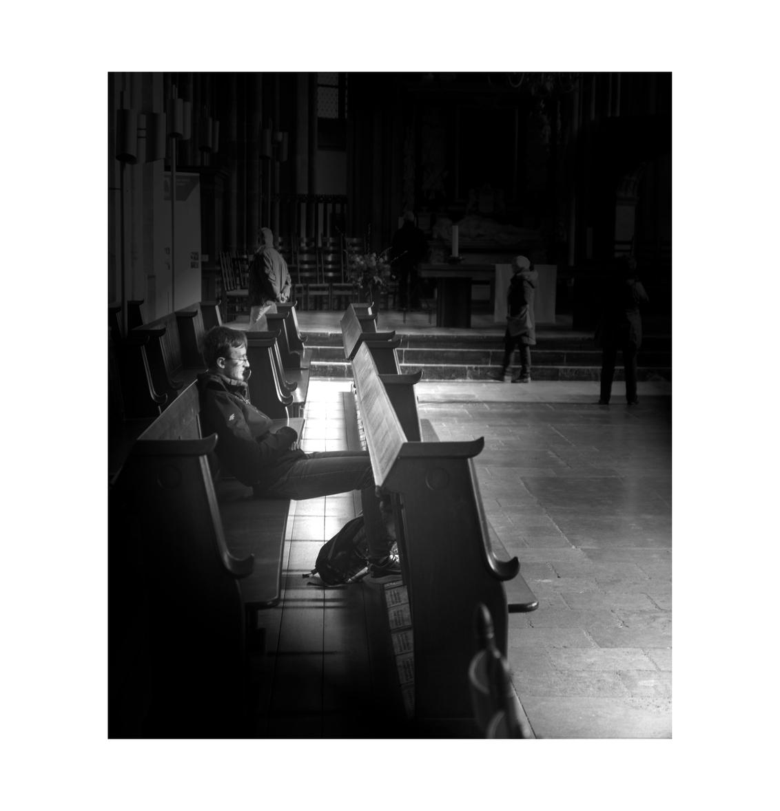 straat 8 - soms is het fijn om je even terug te trekken... zoals hier in de dom van Utrecht... - foto door bernhard48 op 05-02-2018 - deze foto bevat: man, kerk, zwartwit, utrecht, straatfotografie