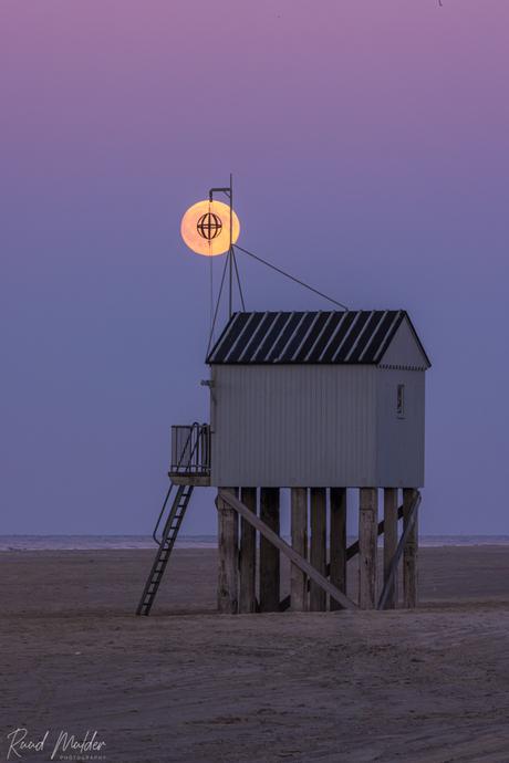 Drenkelingenhuisje bij volle maan