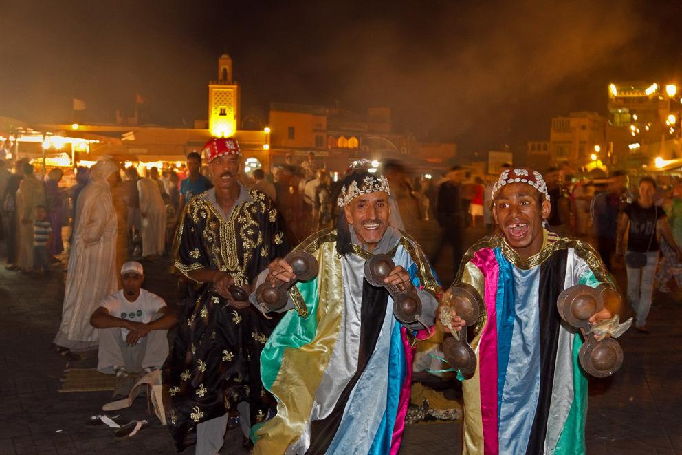"""Muzikanten op het el Fna - Muzikanten sloven zich uit op het bekende """"Djeema el Fna"""" te Marrakesh in Marokko. - foto door Maragmar op 20-09-2011 - deze foto bevat: avond, muziek, marokko, afrika, plein, cultuur, muzikanten, marrakech, djeema el fna"""