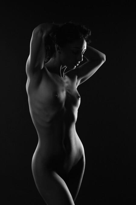 Mischkah (low key) - - - foto door MathieuMagne op 04-04-2021 - deze foto bevat: vrouw, model, naakt, pose, studio, lowkey