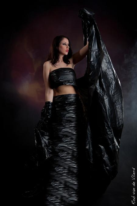 Black angel - Model : Maureen Brinkman Fotografie : Rob van de Vlierd - foto door rvlierd op 22-03-2012 - deze foto bevat: donker, studio, publicatie, maarssen, kans, meel, Zoom.nl, rob van de Vlierd, Maureen brinkman