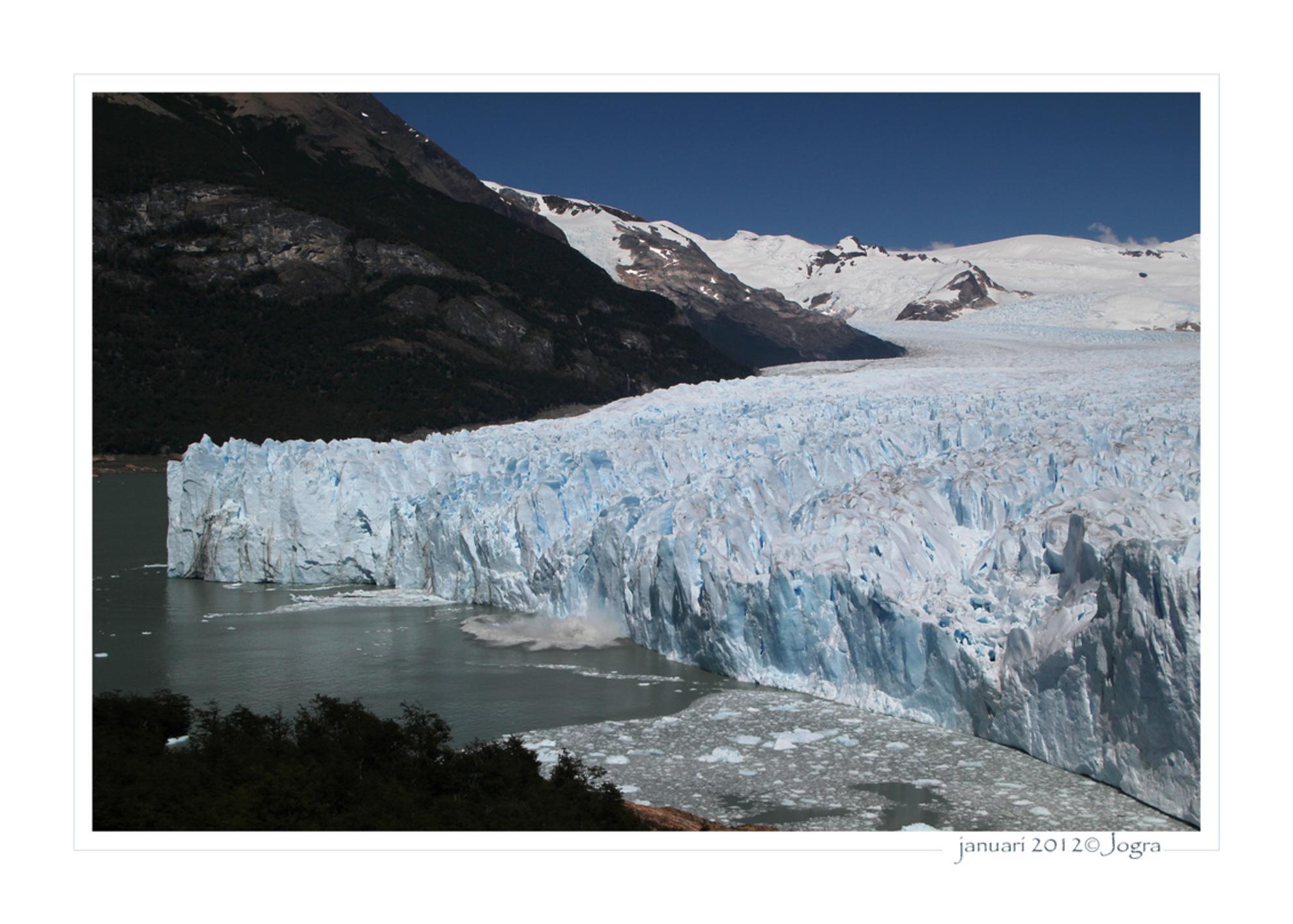 perito moreno gletsjer - een enorme, blauwe gletsjer die aan de voorkant net zoveel ijs verliest als aan de achterkant aangroeit. Een facinerend natuurverschijnsel. - foto door Lathyrus op 23-01-2012 - deze foto bevat: gletsjer, argentinie, Perito Moreno - Deze foto mag gebruikt worden in een Zoom.nl publicatie
