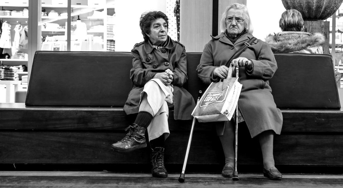 straat 6: naast elkaar en toch geen contact... - - - foto door bernhard48 op 27-01-2018 - deze foto bevat: vrouw, mensen, straat, frankrijk, zwartwit, straatfotografie, le havre
