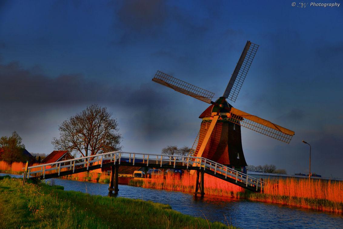 Een oude molen - Met zonsondergang gemaakt, een echt Nederlands plaatje! - foto door Steef29 op 28-06-2015 - deze foto bevat: water, natuur, licht, landschap, brug, molen, bewerking, contrast, photoshop, hdr, bewerkingsuitdaging, paint shop pro