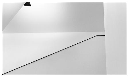 diagonaal - subtiele lijn van de trapleuning in het van Abbe museum in Eindhoven - foto door corvangriet op 03-07-2015 - deze foto bevat: abstract, lijnen, architectuur, gebouw, museum, eindhoven, zwartwit, vlakken, diagonaal, minimaal, van Abbe Museum
