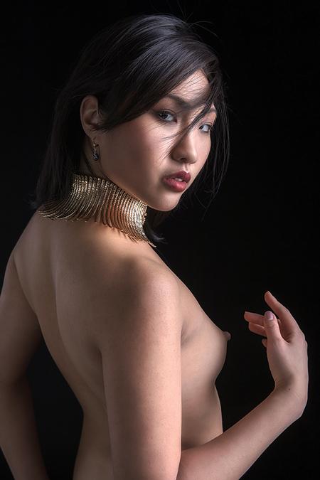 golden necklace - Minh-Li - foto door jhslotboom op 08-02-2018 - deze foto bevat: vrouw, soft, ketting, portret, model, gouden, fashion, erotiek, naakt, pose, glamour, studio, klassiek, artistiek, tribaal, halsketting, minh-li