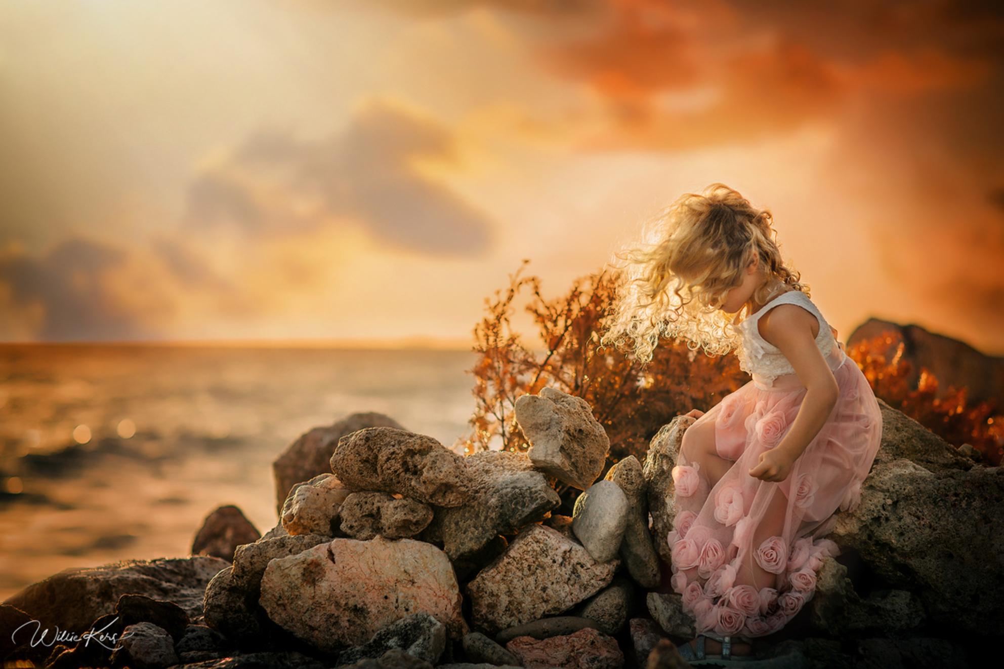 Goudlokje - Hoewel het op dit moment winter is in Nederland, is het aan de andere kant van de aarde zomer! Deze foto heb ik vorige week gemaakt op Curacao. En wa - foto door WillieK op 02-02-2019 - deze foto bevat: lucht, zon, strand, zee, licht, zonsondergang, vakantie, portret, tegenlicht, zomer, daglicht, kind, haar, meisje, glamour, blond, curacao, bokeh, fine art