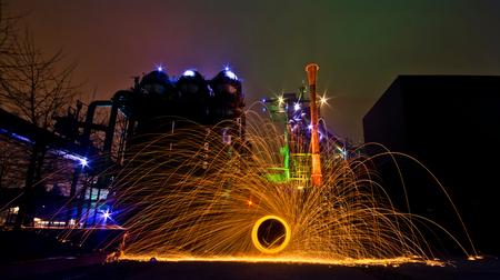 Spelen met vuur - Lightpainting is altijd leuk om te doen, vooral als je een leuke omgeving hebt. Pasgeleden ben ik samen met een paar Urbexvrienden naar Duisburg gere - foto door wido-foto op 09-02-2015 - deze foto bevat: oud, licht, vuur, avond, kunst, vuurwerk, urban, nachtfotografie, beweging, fabriek, urbex, lightpainting, lightpaint, urban exploring, lange sluitertijd, long exposure