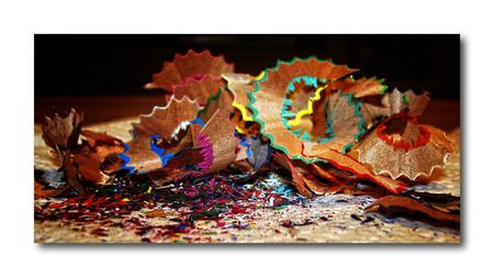kleurtjes!! - hallo... deze foto heeft mijn vrouw gemaakt, toen ze de kleurpotloodjes van ons Amy-Lee aan het slijpen was...ze wou hem graag op zoom laten zien... - foto door smeagol op 13-02-2010 - deze foto bevat: kleurtjes, slijpsel, kleurpotloden, s5, smeagol