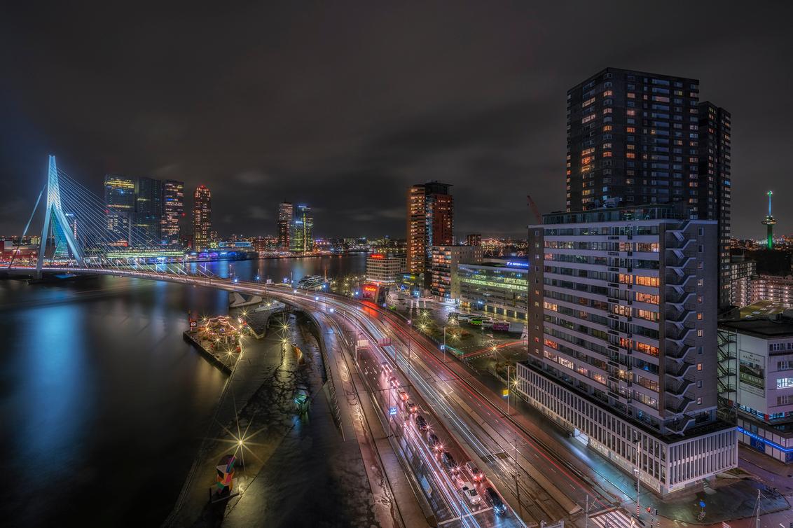 Rotterdam - Een opname gemaakt met de GFX100 en de Laowa 17mm f/4.0 lens die op de GFX100 een gigantische openingshoek geeft. Daarbij zijn de details door de 100 - foto door mvbalkom op 03-03-2020 - deze foto bevat: rotterdam, licht, lijnen, stad, brug, nacht, torenflat, nachfotografie, lange sluitertijd
