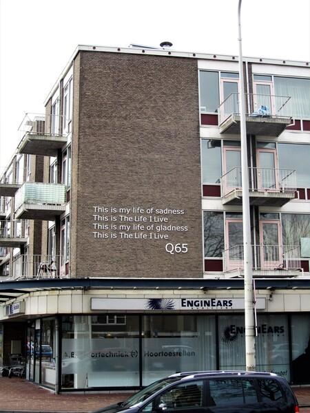 op de gevel in den-Haag - Op de gevel op een gebouw               op Almelo-plein in den-Haag boven een winkel voor hoortoestellen , de tekst van de wereld beroemde Haagse pop - foto door AJ62 op 03-03-2021 - deze foto bevat: gebouw