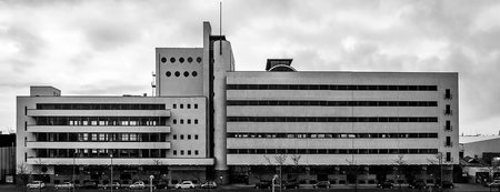 de Nieuwe Zakelijkheid - Het Haka gebouw in Rotterdam is gebouwd in de stijl: de Nieuwe Zakelijkheid. Strakke lijnen, mooie vlakverdeling en leuke details, Archtectuur met ee - foto door ronab op 25-02-2021 - deze foto bevat: rotterdam, panorama, lijnen, architectuur, gebouw, zwartwit, fabriek, haka, nieuwe zakelijkheid