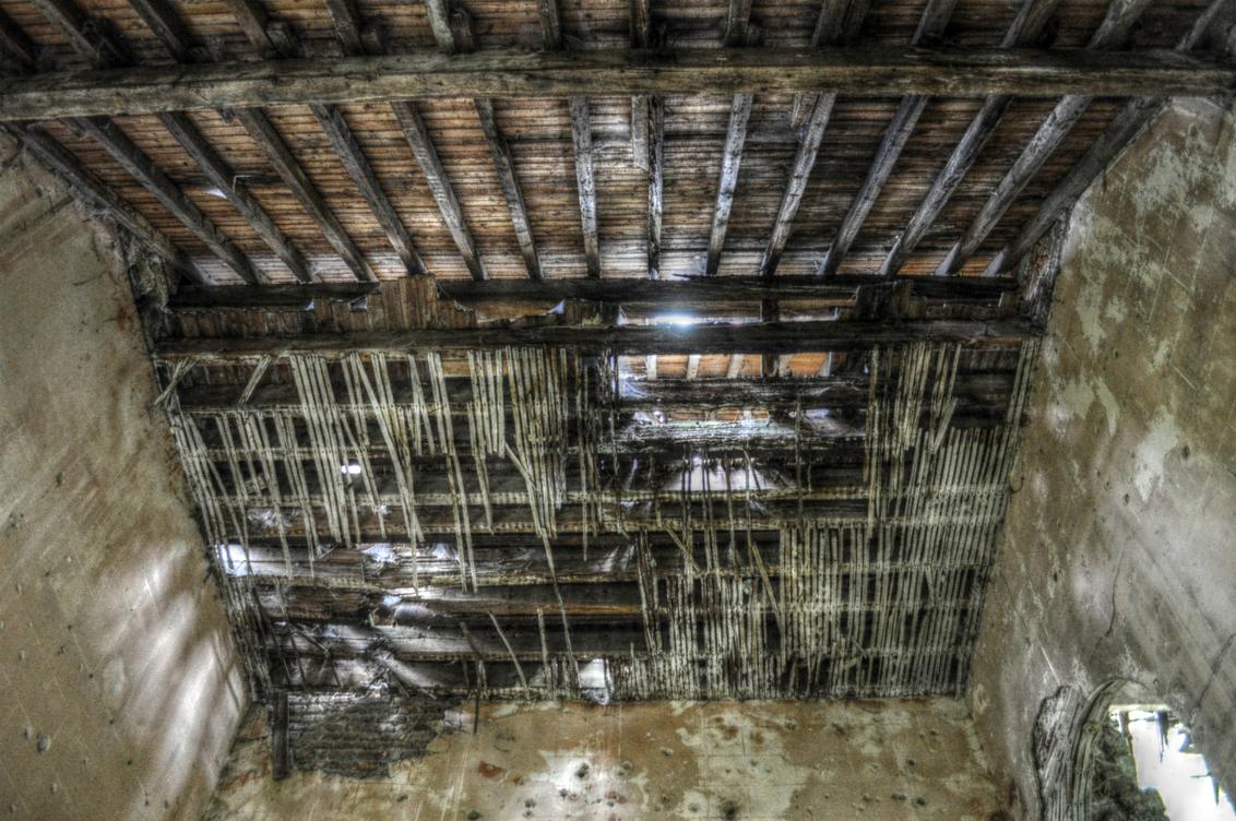 Timmerman, iemand? - - - foto door chelle89 op 28-01-2016 - deze foto bevat: bewerkt, plafond, bewerking, dak, hdr, urbex, ue, urban exploring