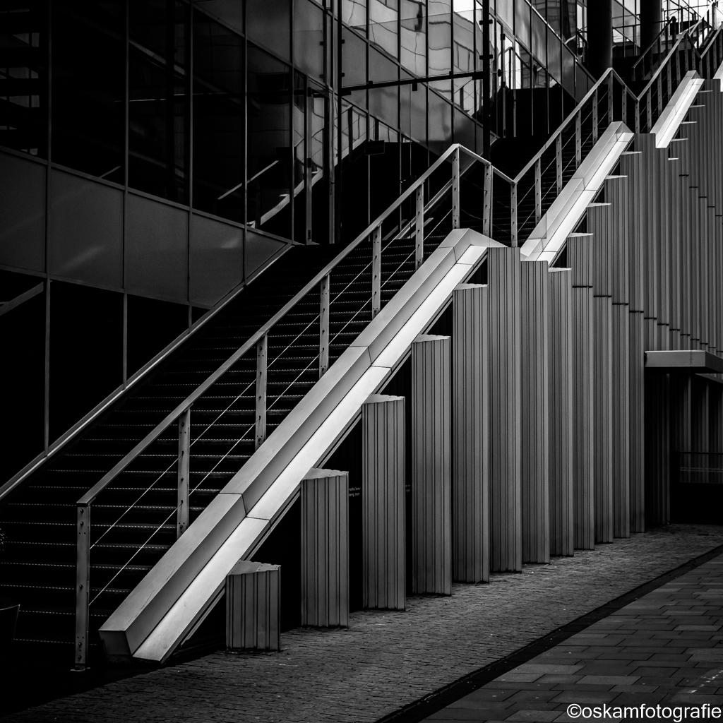 20201206-_DSF6420-amsterdam zuidas-2 - Middagje rondstruinen op de Zuidas in Amsterdam.  Zo af en toe keer ik er terug om te kijken of mijn blik weer op iets anders valt. - foto door renate-oskam2 op 06-03-2021 - deze foto bevat: amsterdam, lijnen, architectuur, gebouw, perspectief, zwartwit