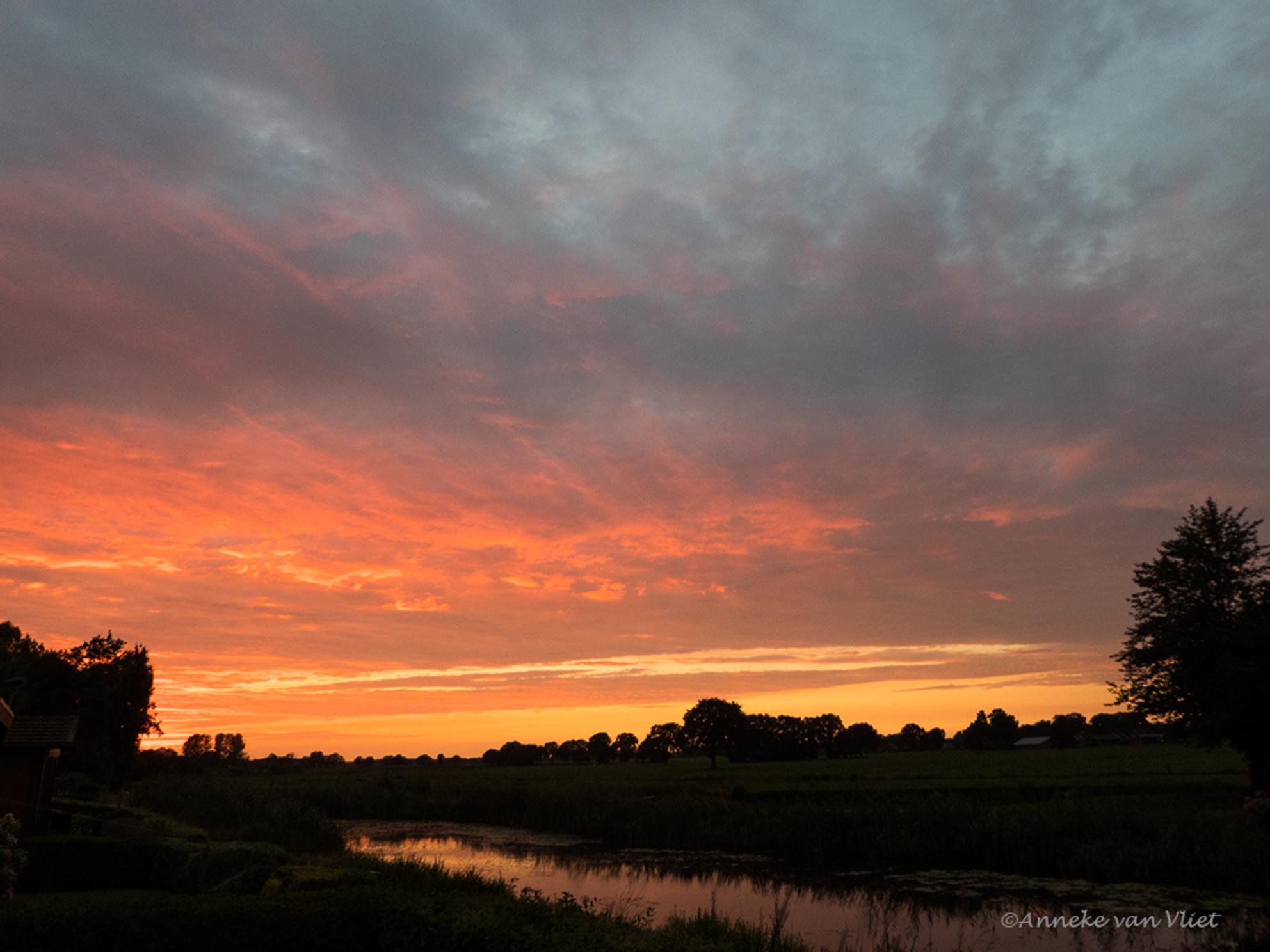 Zonsondergang - Gisteravond een prachtige zonsondergang bij ons huisje. - foto door AnnekevanVliet op 11-08-2017