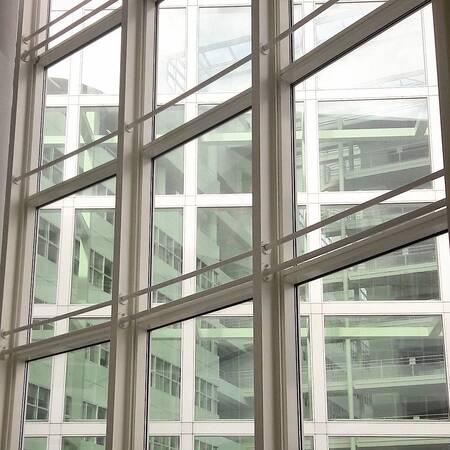 3 in een. - Drie lagen gebouw in elkaar. Het stadhuis vanuit de bibliotheek. - foto door MarijeScheening op 14-08-2017 - deze foto bevat: abstract, licht, lijnen, architectuur, reflectie, gebouw, stad, perspectief, Den Haag