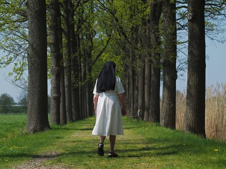 Zuster aan wandelen .