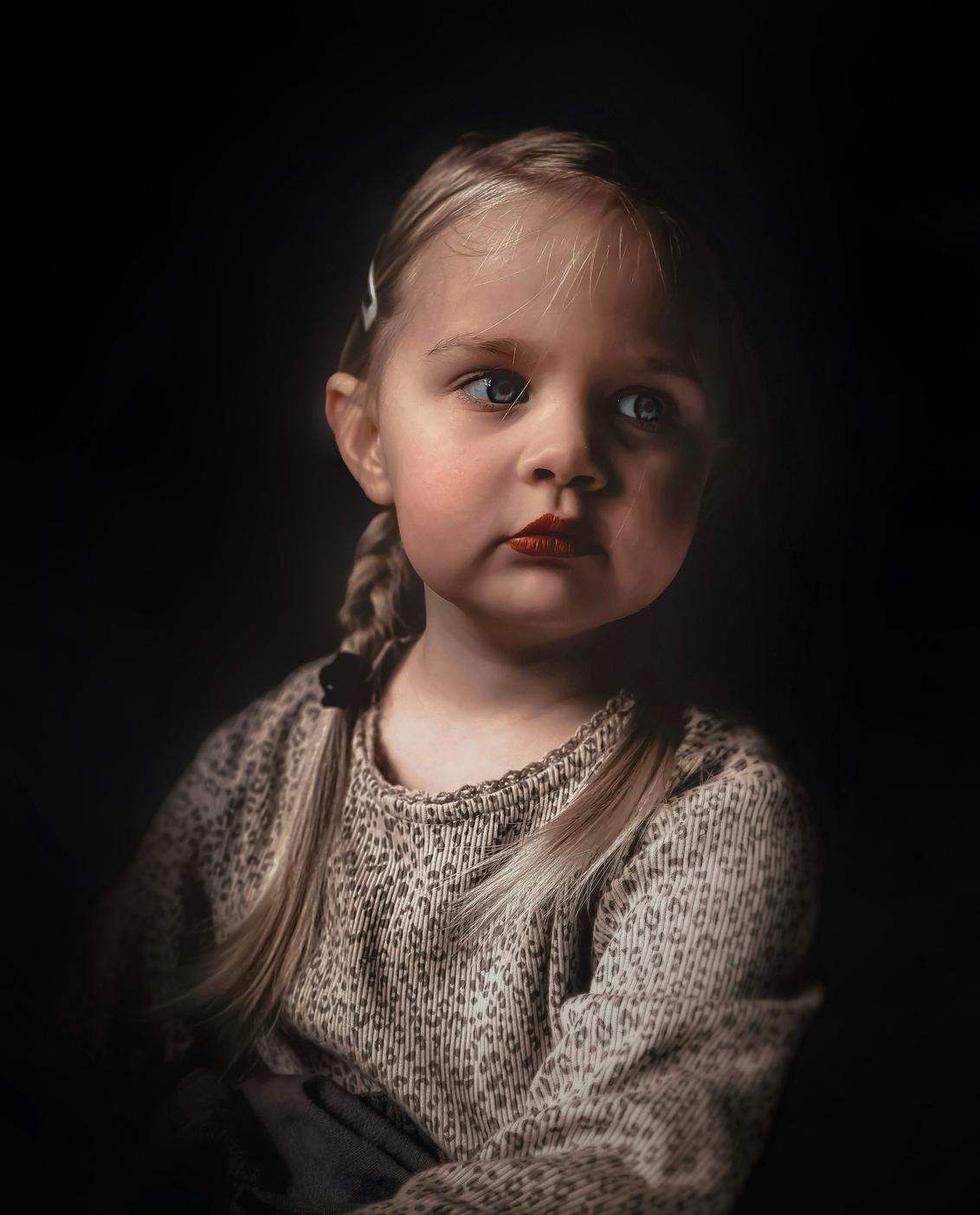 Vlechtjes - - - foto door Ogenblikfoto op 09-03-2021 - deze foto bevat: kleur, licht, portret, schaduw, daglicht, kind, kinderen, ogen, haar, meisje, lief, emotie, blond, vlechtjes, fineart
