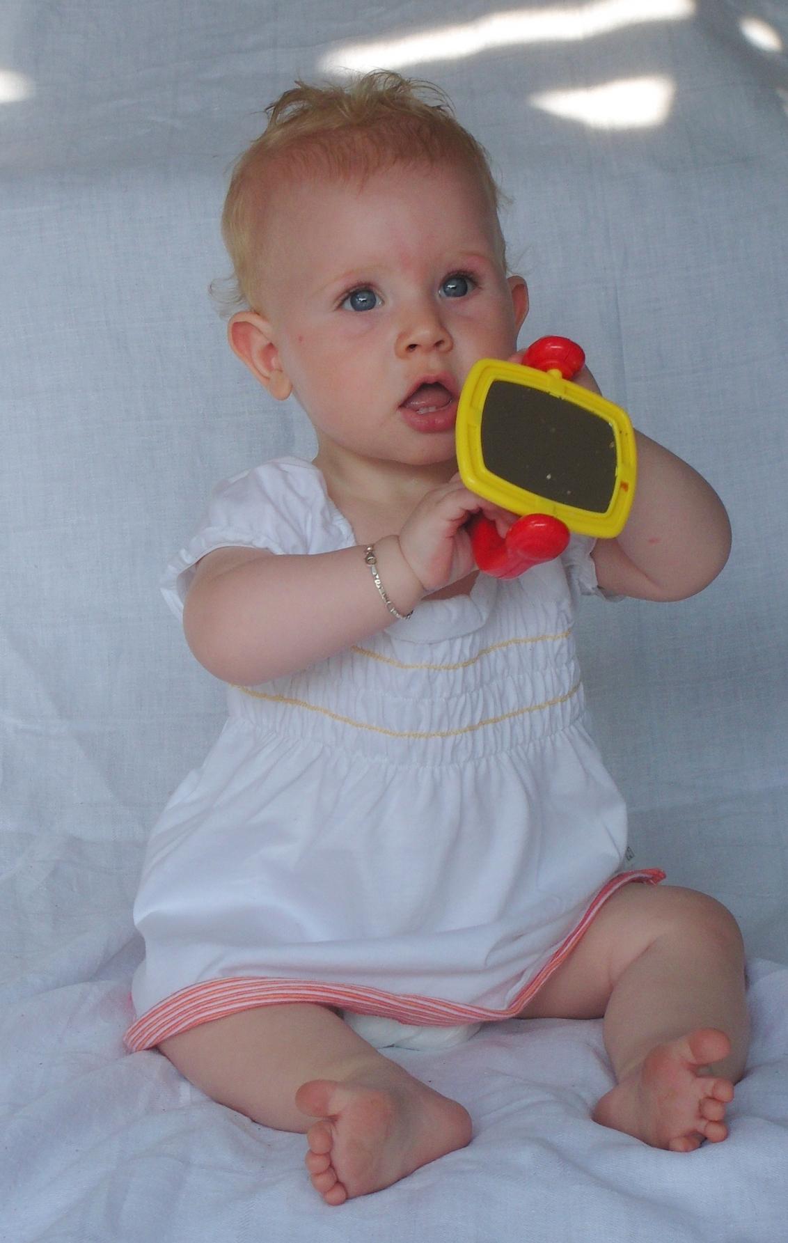 Wit - Foto's maken is ze al helemaal gewend, haha. - foto door mariah1982 op 03-07-2010 - deze foto bevat: baby 9 maanden