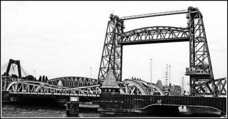 Rotterdam - - - foto door jelle13 op 05-03-2021 - deze foto bevat: water, rotterdam, licht, lijnen, architectuur, stad, brug, zwartwit, tonemapping