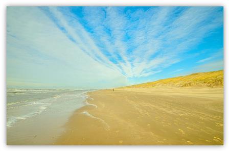 for you only - En dan loop je met de zon in je rug bijna alleen over het strand richting bergen aan zee. - foto door rits op 10-03-2015 - deze foto bevat: landschap, duinen
