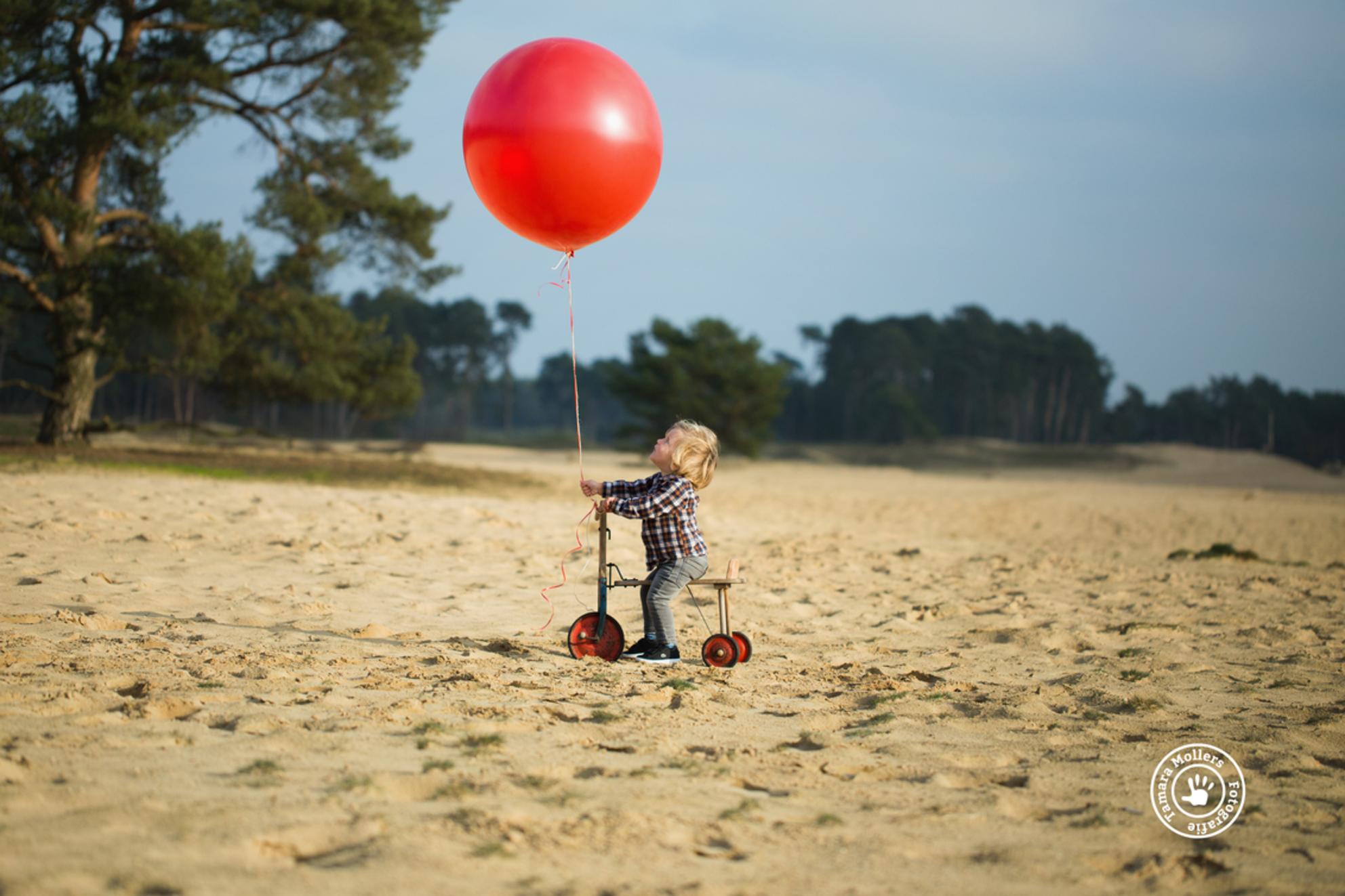 Luca 2 jaar - - - foto door tamara23 op 19-01-2018 - deze foto bevat: rood, zon, licht, fiets, portret, liefde, zand, kind, kinderen, ballon, jongen, lief, verjaardag, feestje, fotoshoot, lunteren