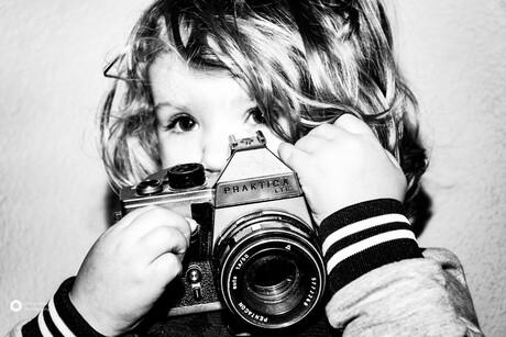 Kleine meid met oude camera