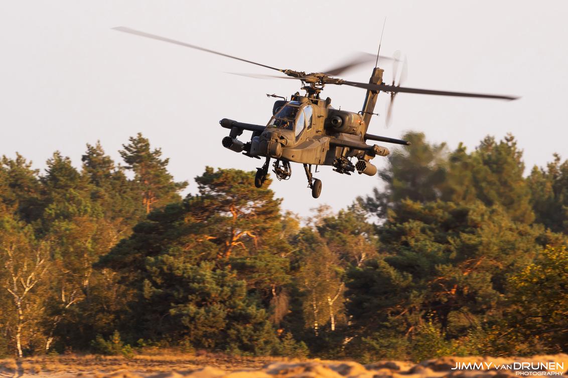 Eating dust! - Een Apache helikopter laagvliegend tijdens zonsondergang - foto door JimmyvanDrunen op 03-01-2021 - deze foto bevat: luchtvaart, oirschot, helikopter, luchtmacht, apache, vliegbasis, airforce, gilze-rijen, laagvliegen