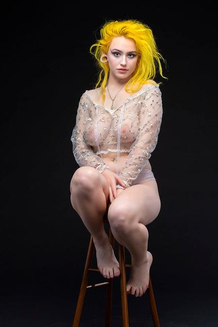 Radiant Yellow - model Bluu Sinn - foto door jhslotboom op 08-03-2021 - deze foto bevat: vrouw, geel, gele, portret, haar, fashion, erotiek, nude, glamour, studio, haren, klassiek, transparant, blouse, doorzichtig