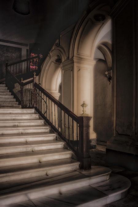 The way up..... - Altijd weer verrassend als je een gebouw binnen loopt en je treft een onverwacht mooie trappartij aan Murcia Spanje - foto door HenkPijnappels op 08-05-2019 - deze foto bevat: oud, trap, licht, lijnen, kerk, gebouw, kunst, stad, theater, spanje, murcia, urbex