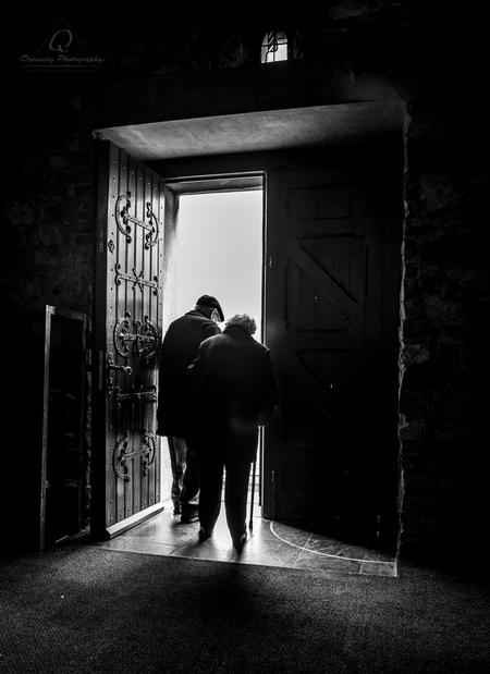 Exit through the church - Dit stel sprak opnieuw hun gelofte uit, 60 jaar getrouwd! dat moet echte liefde zijn. - foto door Pdreuning op 28-02-2015 - deze foto bevat: oud, man, vrouw, mensen, donker, schaduw, tegenlicht, daglicht, kerk, vintage, zwartwit, verlaten, retro