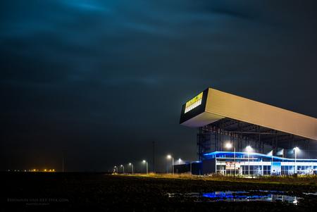 Vooruitgang... - De enorme skihal in het pittoreske Zeeuws Vlaanderen als de avond gevallen is. - foto door eachat op 06-01-2015 - deze foto bevat: avond, zeeland, klei, skihal, lange sluitertijd, zeeuws vlaanderen, nacht fotografie, lage horizon, hedendaagse architectuur
