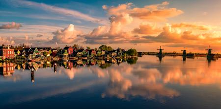 Wonderful Zaanse Schans - - - foto door gkossieris op 29-06-2017 - deze foto bevat: lucht, wolken, zee, water, panorama, lente, natuur, licht, boot, vakantie, spiegeling, landschap, zonsopkomst, haven, rivier, molen, kust, polder