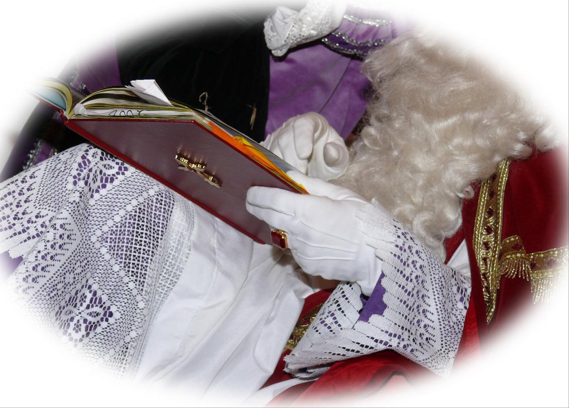 Even Kijken . . . - Even Kijken . . . zijn er ook nog Lieve Kinderen?  Spannende tijden voor de kindertjes. De Sint kijkt goed in Zijn Boek. ;);) - foto door Lilian2010 op 21-11-2010 - deze foto bevat: sinterklaas, boek