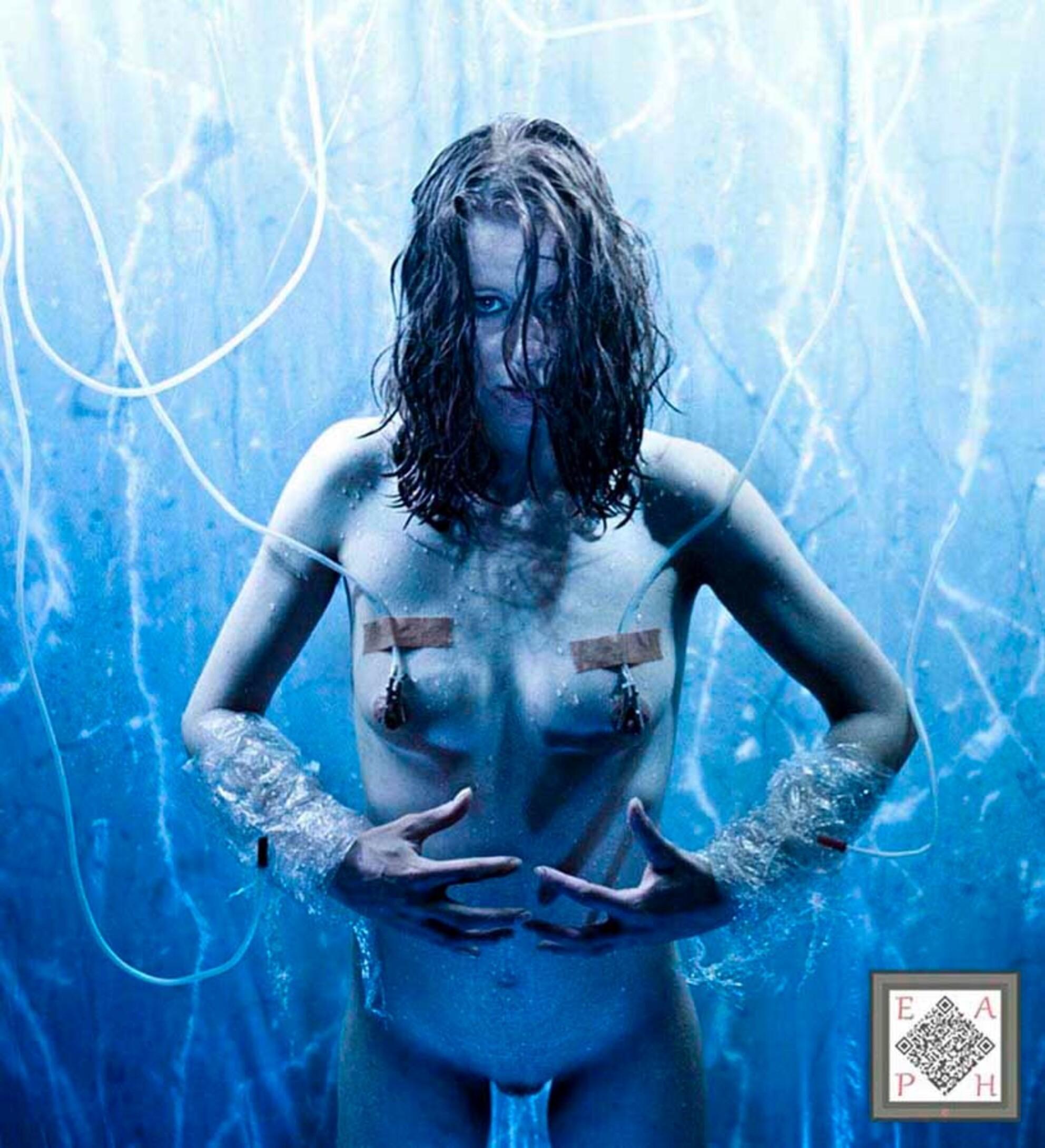 KEEP IT COOL ! - KEEP IT COOL ! - foto door gertjanvannoorden op 02-03-2021 - deze foto bevat: vrouw, abstract, soft, portret, schaduw, model, tegenlicht, erotiek, naakt, studio, fotoshoot, artistiek - Deze foto mag gebruikt worden in een Zoom.nl publicatie