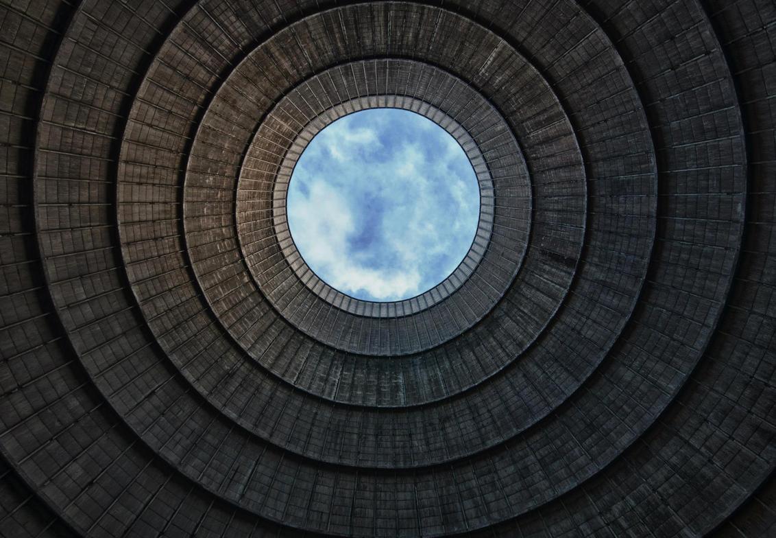 Eye in the sky - Ik hoop dat deze ook in de smaak valt (volgens mij wel recht) Zelfde koeltoren van Powerplant IM - foto door wido-foto op 12-08-2013 - deze foto bevat: lucht, wolken, bewerkt, koeltoren, centrale, photoshop, verlaten, hdr, hdri, vuil, vergaan, vies, urbex, symetrie, urban exploring