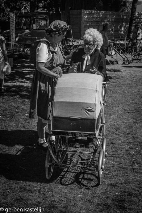 oma achter de kinderwagen