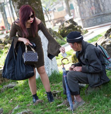 Barmhartige Samaritaan. - Barmhartige Samaritaan die een zwerver/dakloze wat geld geeft voor eten of wat dan ook. - foto door teunoosten op 19-03-2018 - deze foto bevat: mensen, zwerver, reizen, stad, straatfotografie, azie, reisfotografie, dakloze